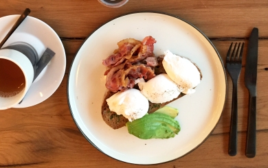 breakfast-in-berlin-rose-garden-cafe-eggs-on-toast-with-avocado-and-bacon