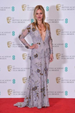 Julia Stiles. BAFTAs 2017 Best Dressed. Image source: Vogue Australia.